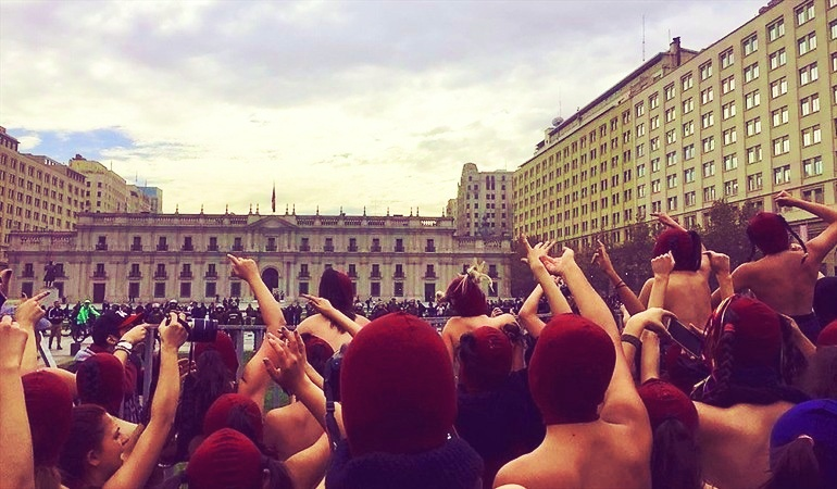 Students feminists direct their rage at La Moneda, the presidential palace. Source: Alma @alpezmar